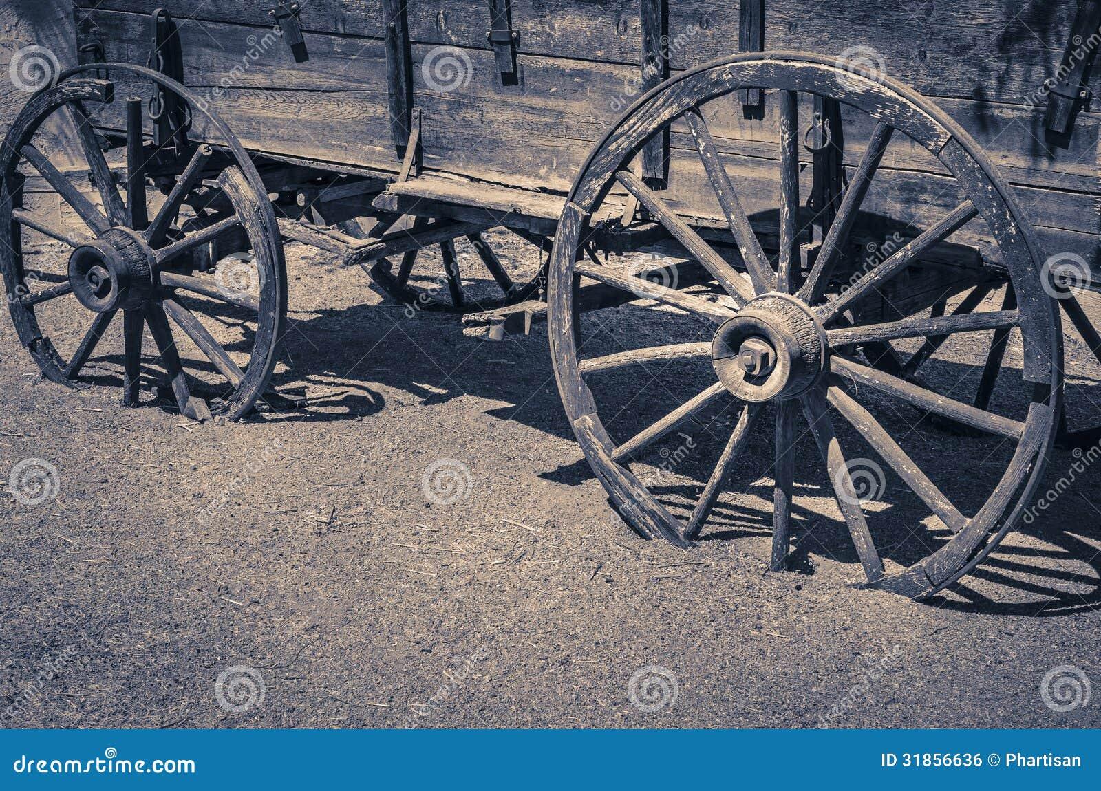 Rodas de madeira do vagão velho ocidental selvagem