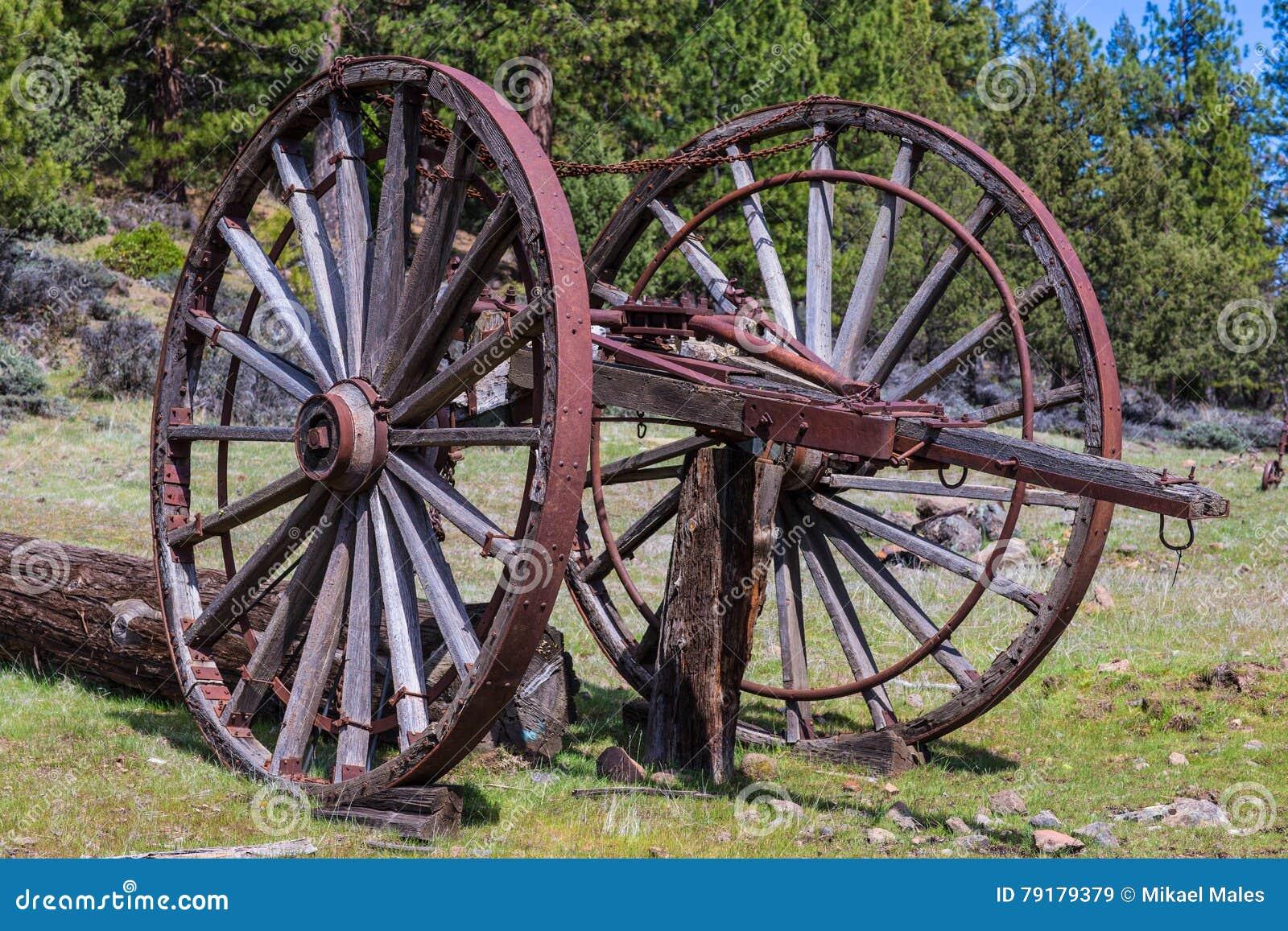 Rodas de madeira velhas enormes para registrar