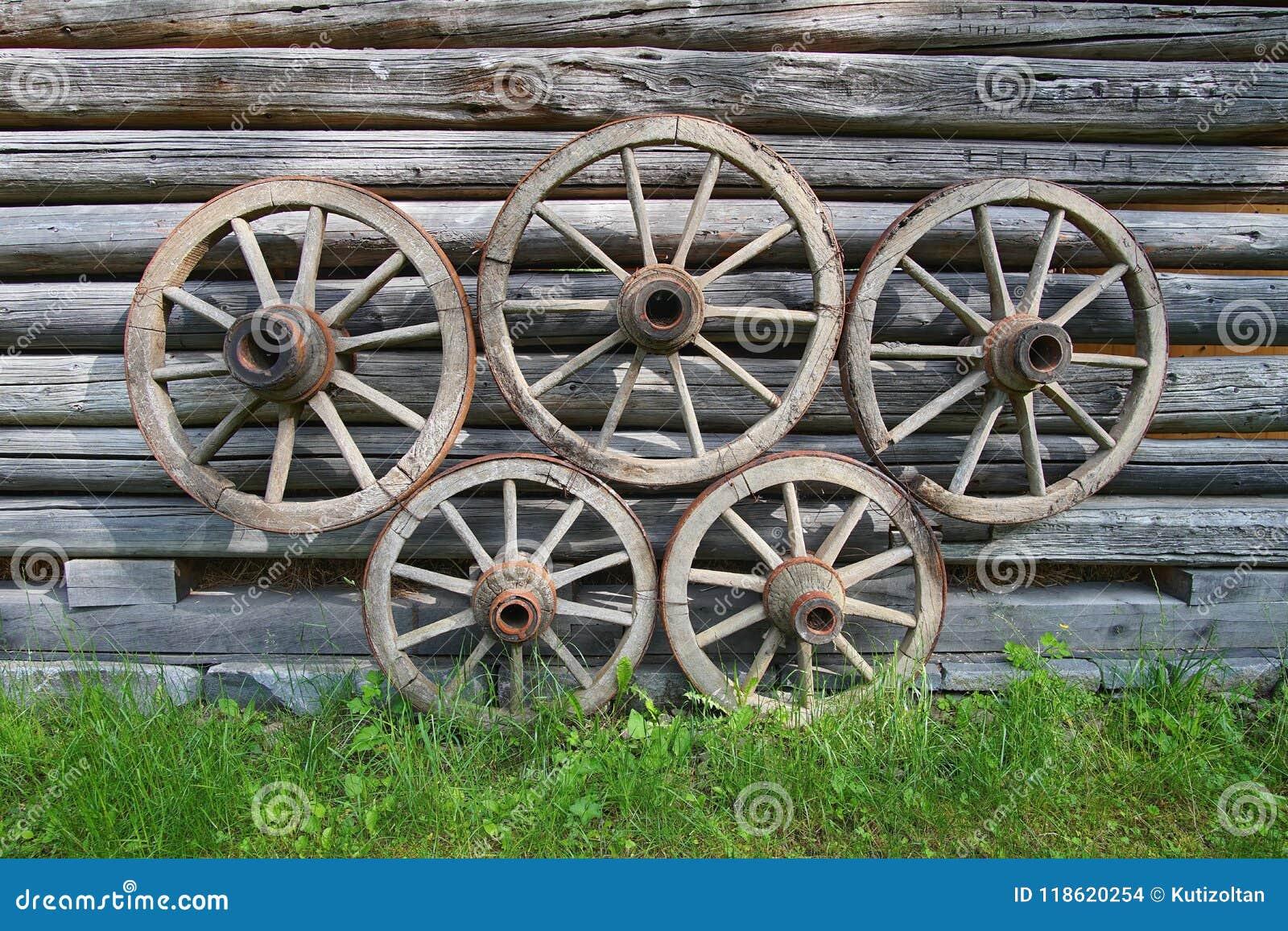 Rodas de vagão de madeira velhas