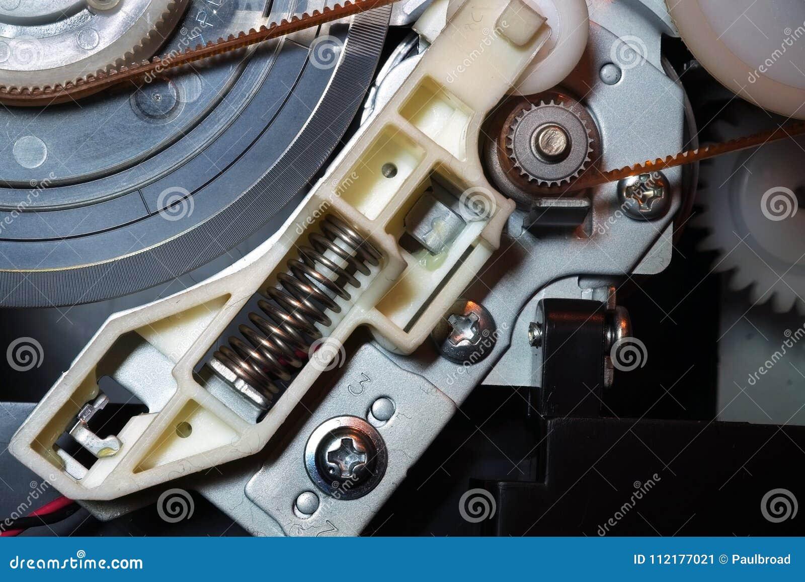 Rodas denteadas e molas das engrenagens dentro de uma impressora a jato de tinta do computador