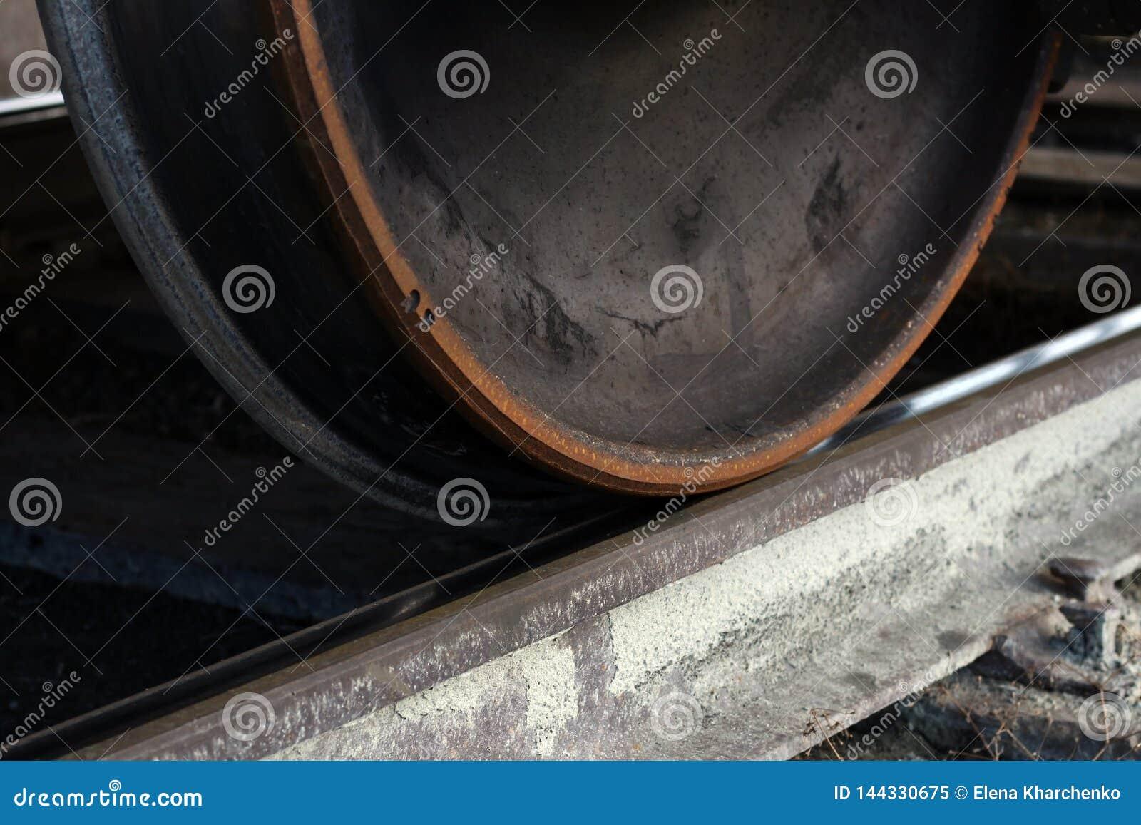 Rodas do trem de mercadorias nos trilhos