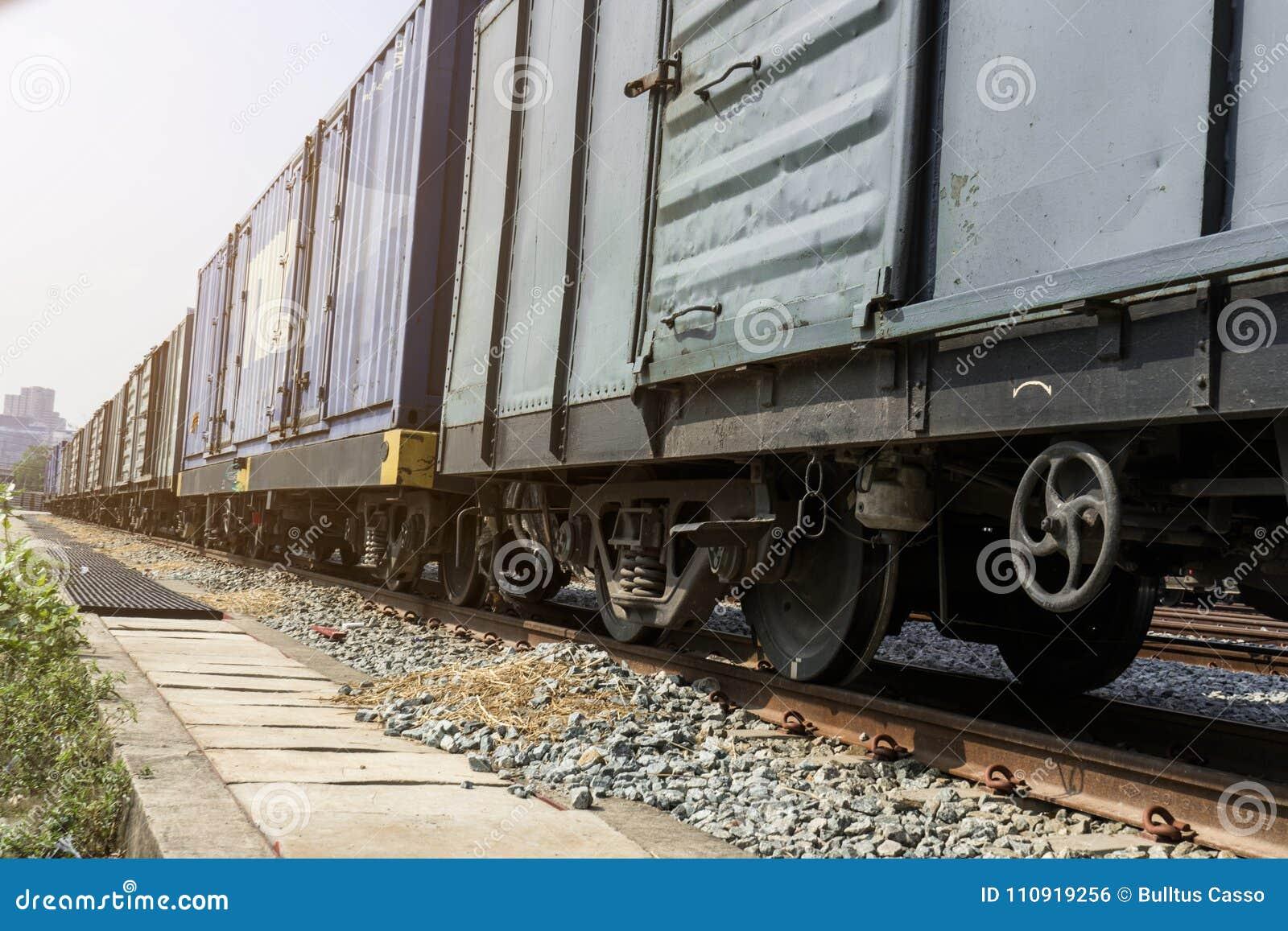 Rodas do trem em trilhas com vagão do trem