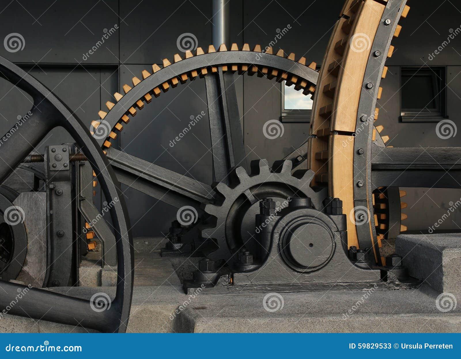 Rodas velhas gigantescas de um teleférico