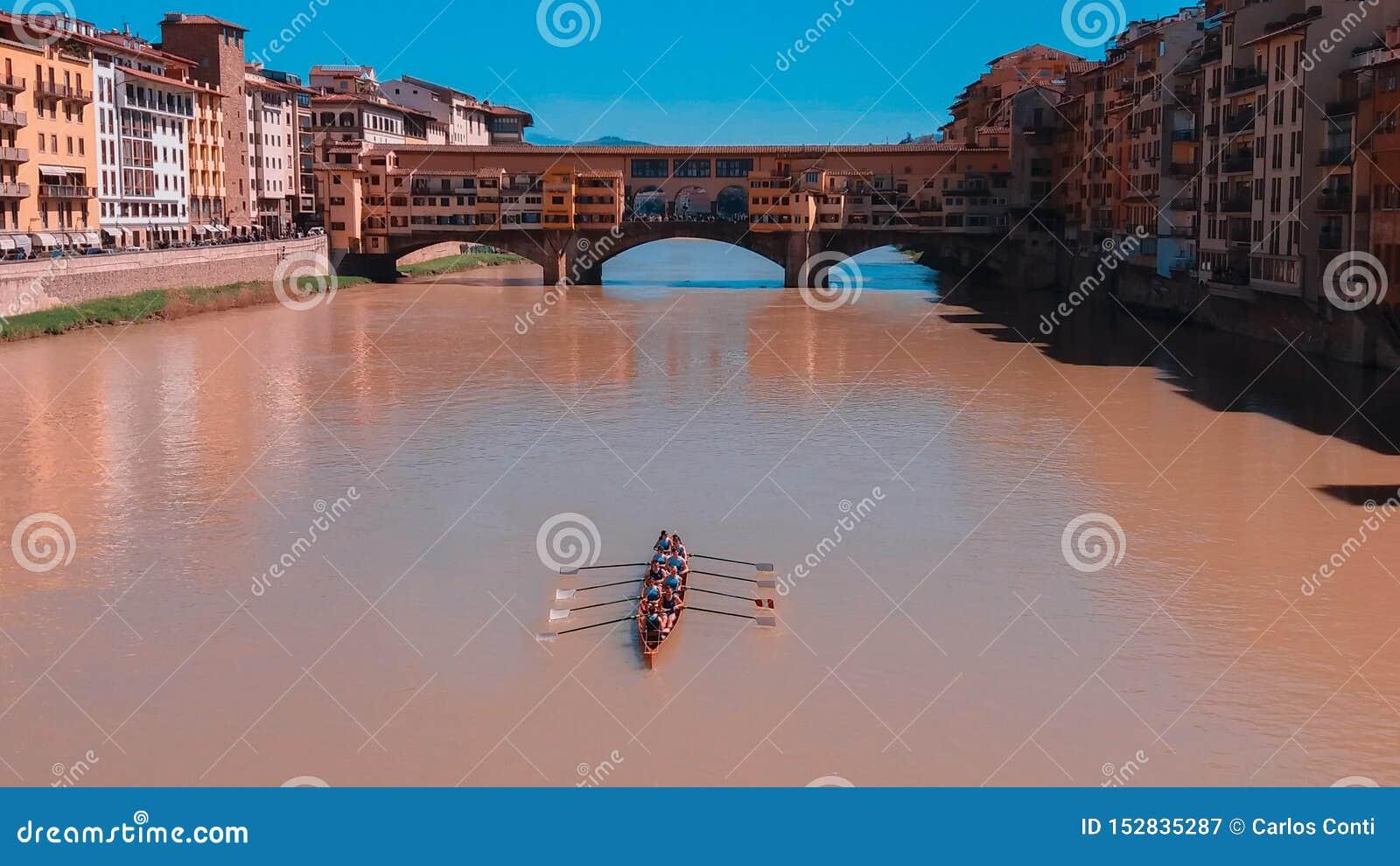 Roddare som seglar på floden