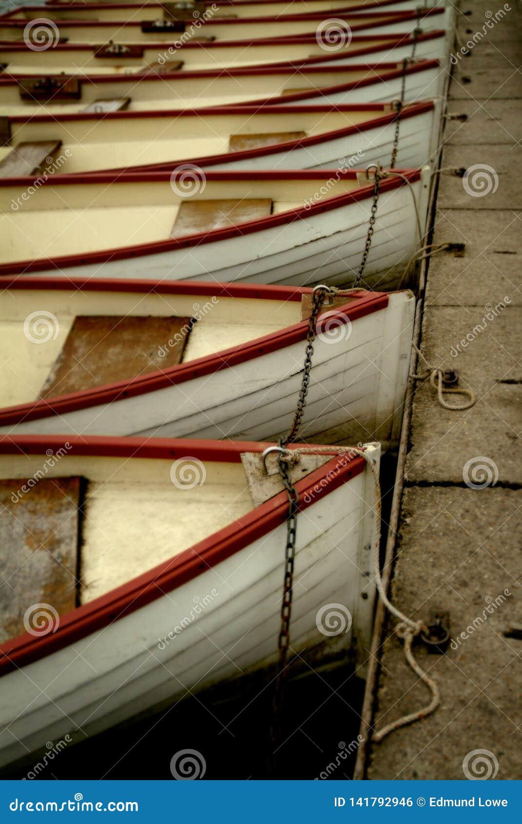 Roddbåtar i en Lineup som ses i Versailles, Frankrike