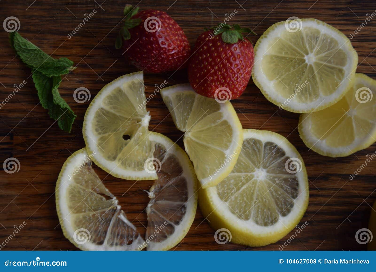 Download Rode Aardbei En Gele Citroen Stock Foto - Afbeelding bestaande uit plak, citroen: 104627008