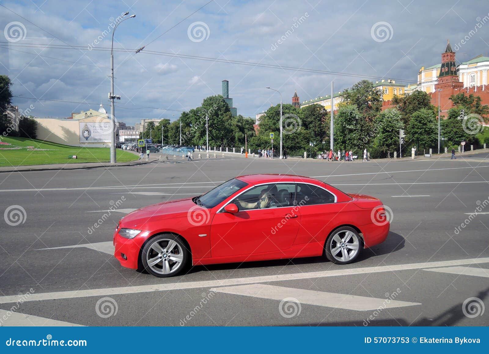 Rode autoaandrijving langs Moskou het Kremlin