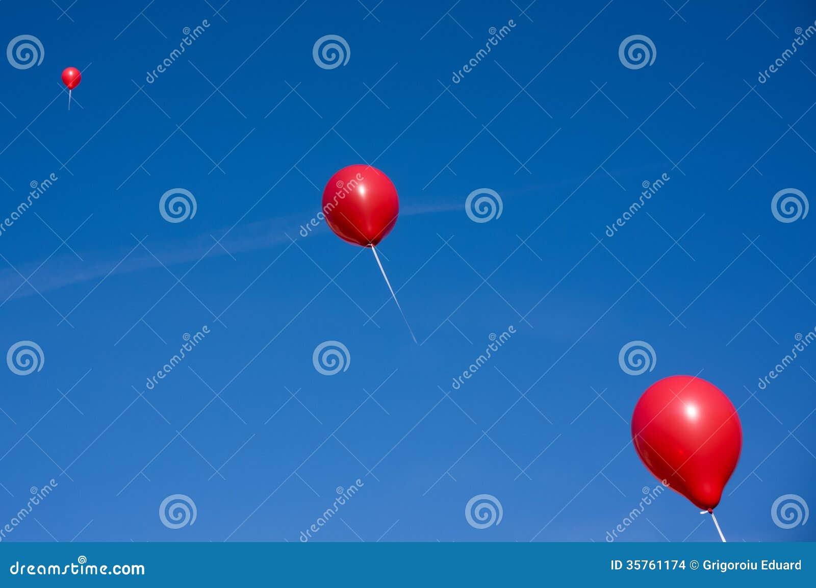 Rode ballons op blauwe hemel