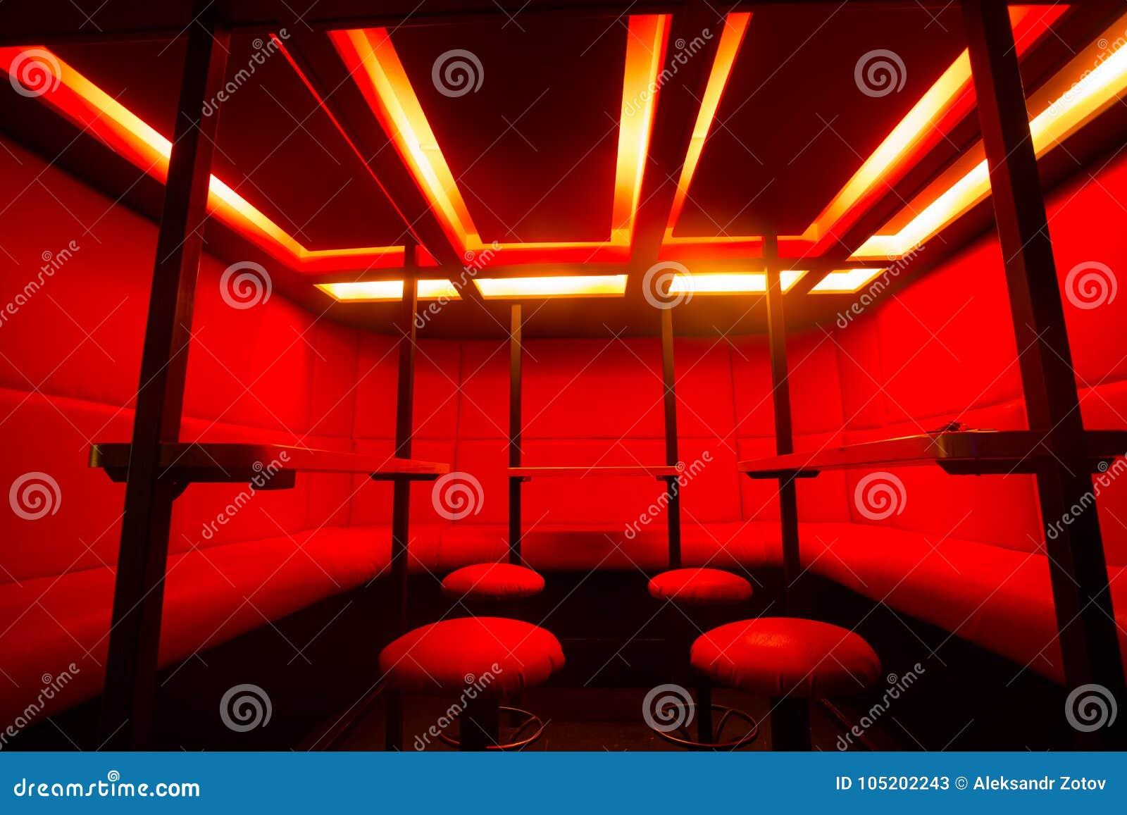Rode barkrukken bij het licht van de diodekleur