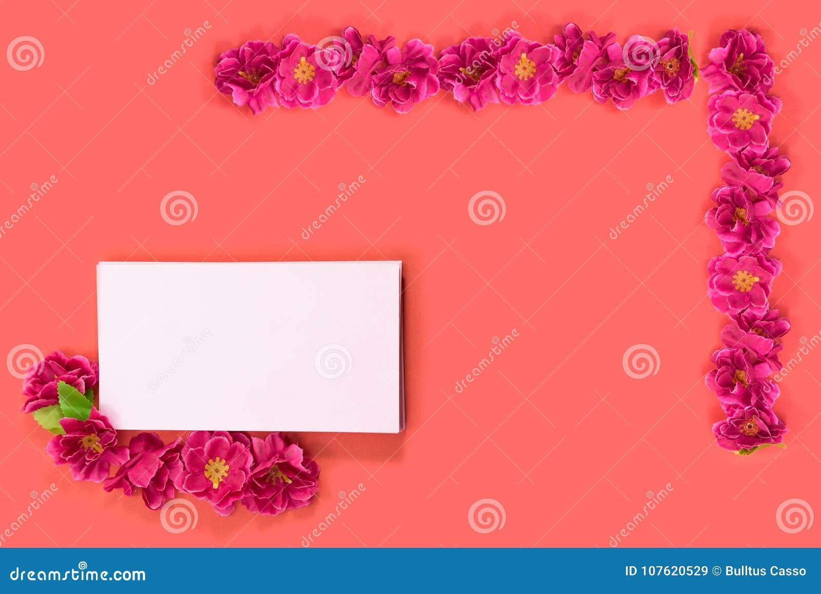 Rode bloemen met roze envelop op rode achtergrond