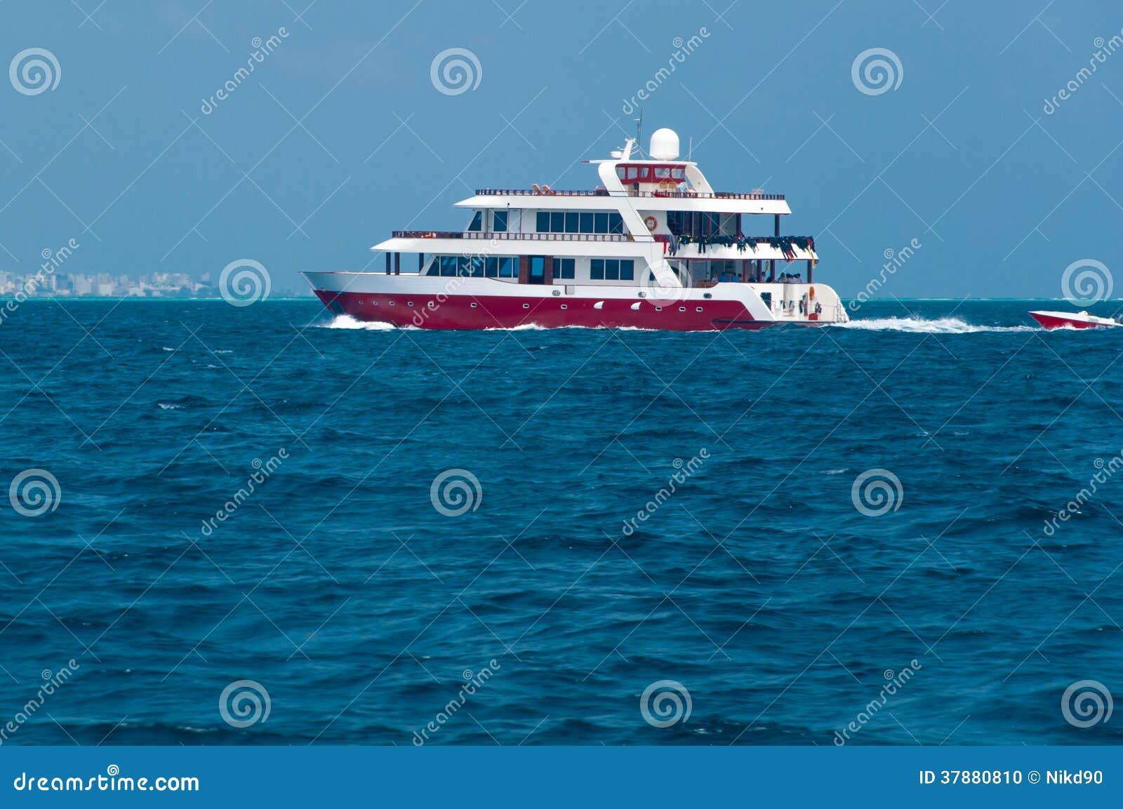 Rode Boot in het zeewater in de oceaan