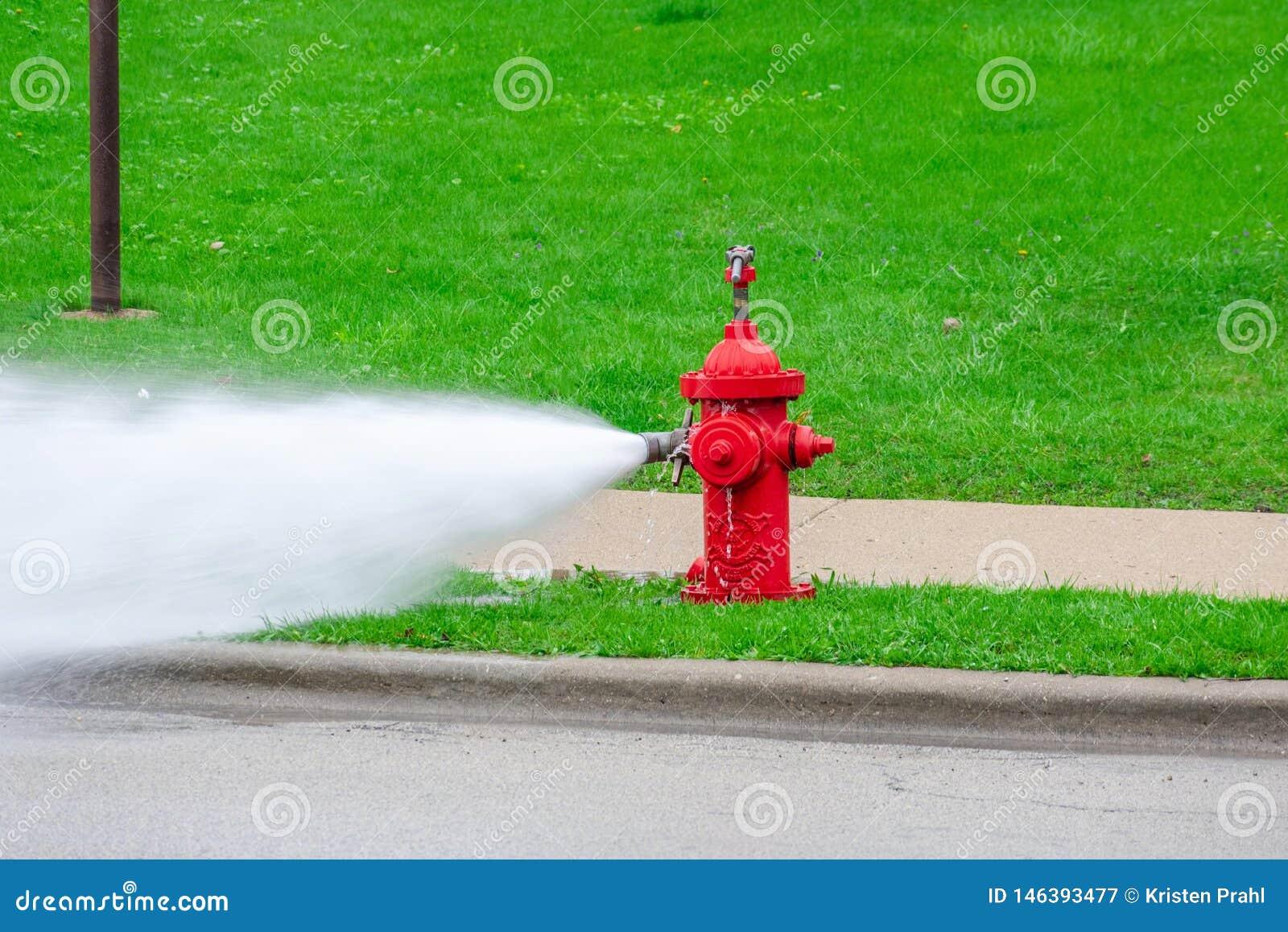 Rode brandkraan die worden gespoeld