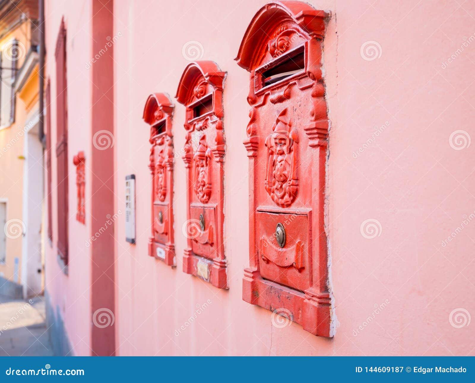 Rode brievenbussen