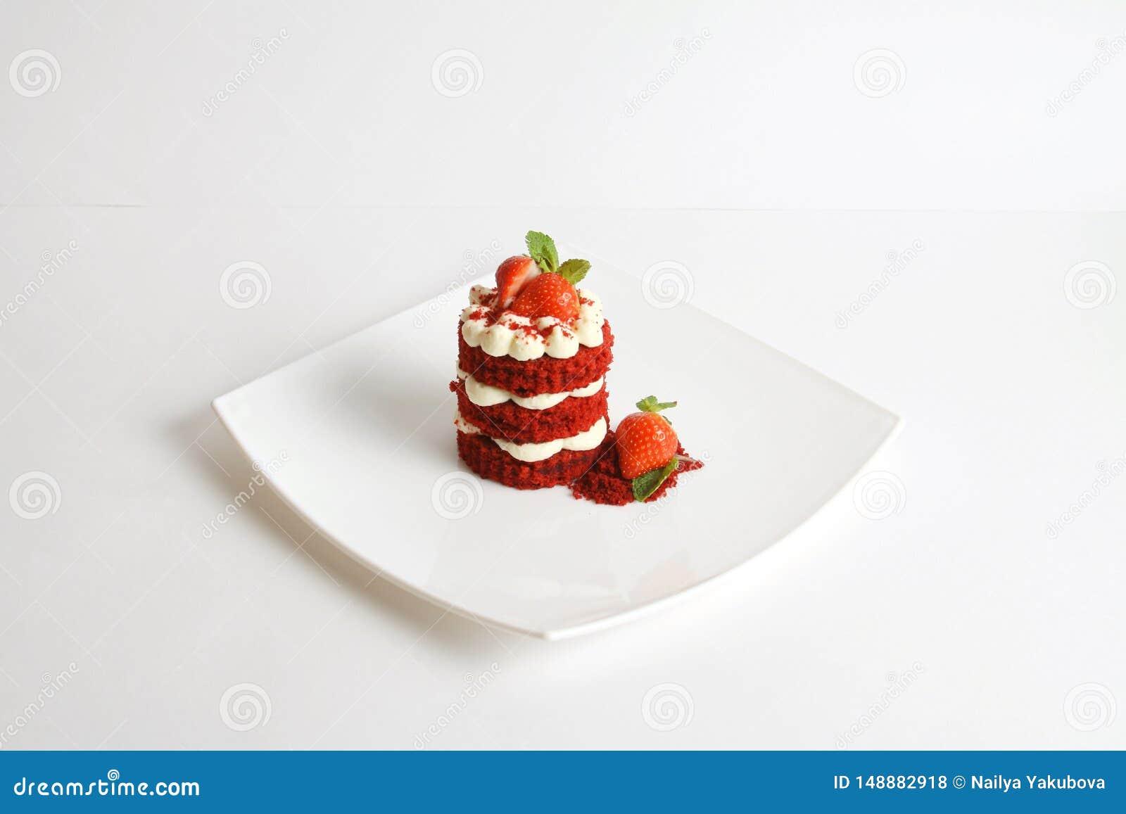 Rode die fluweelcake op wit wordt ge?soleerd