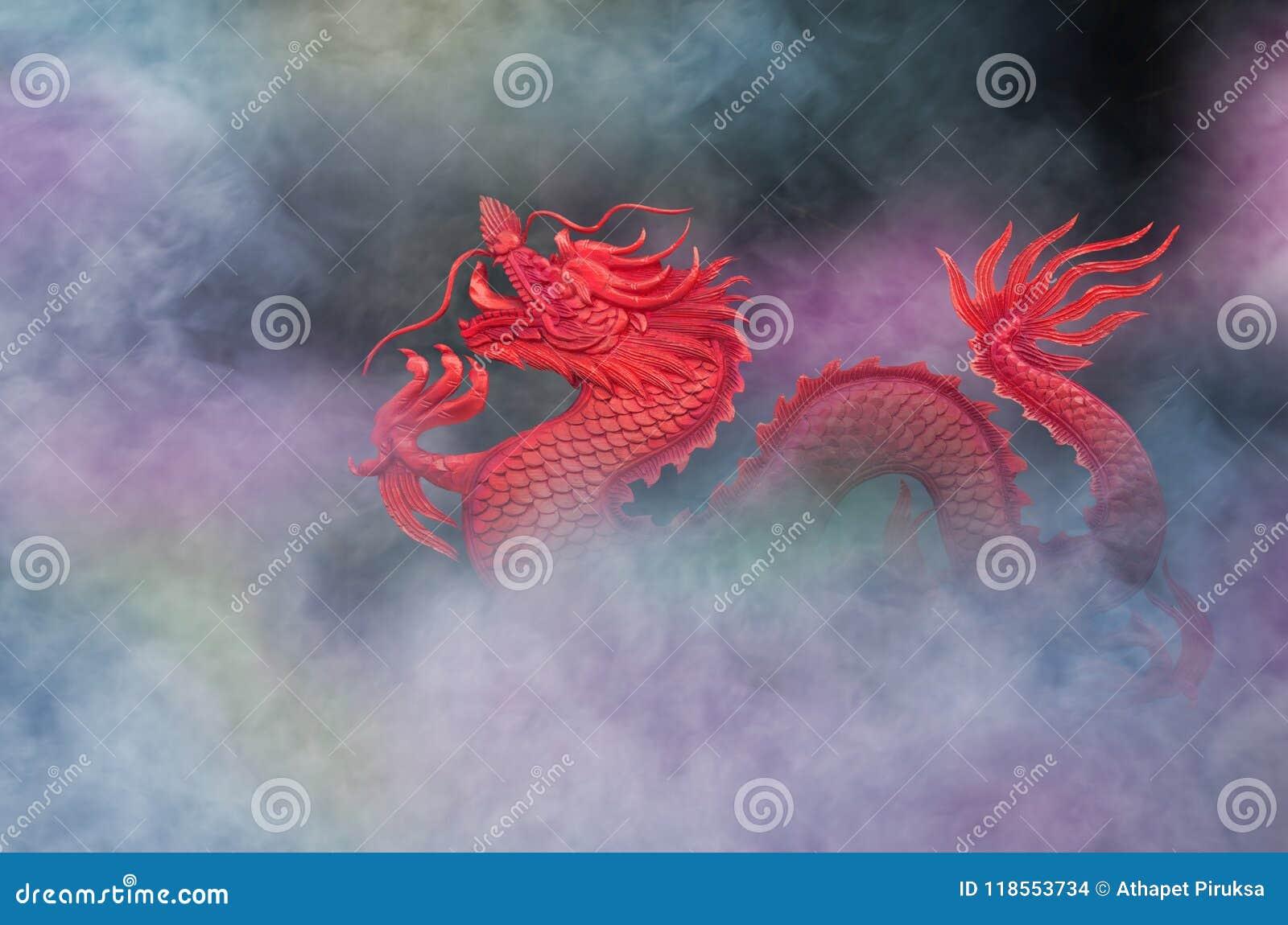 Rode draak in mooie gekleurde rook