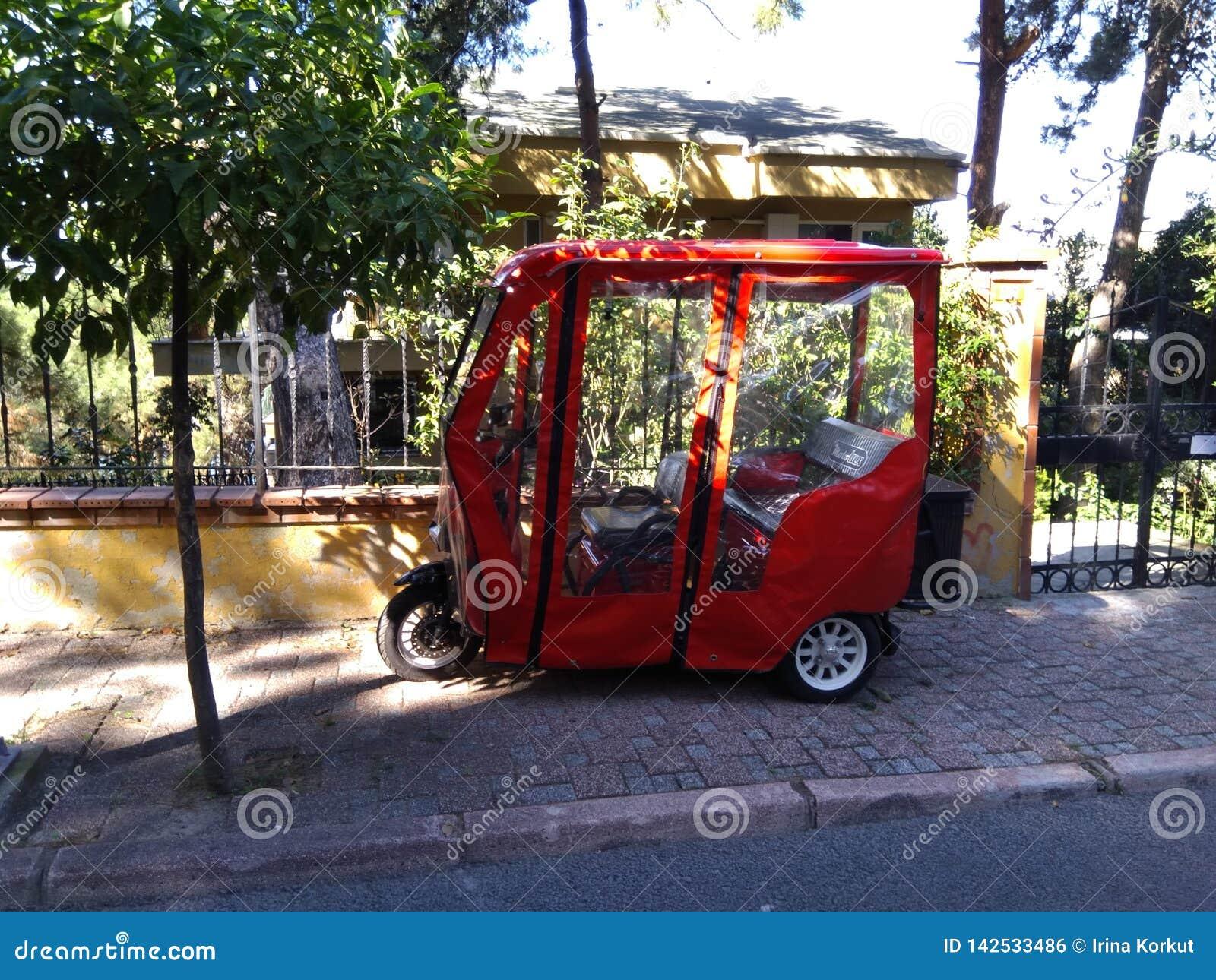 Rode elektrische die fiets op de straat wordt geparkeerd