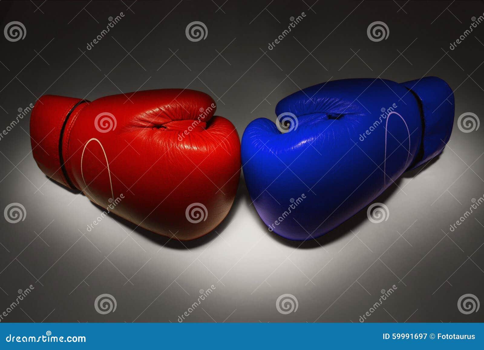 Rode en blauwe bokshandschoenen