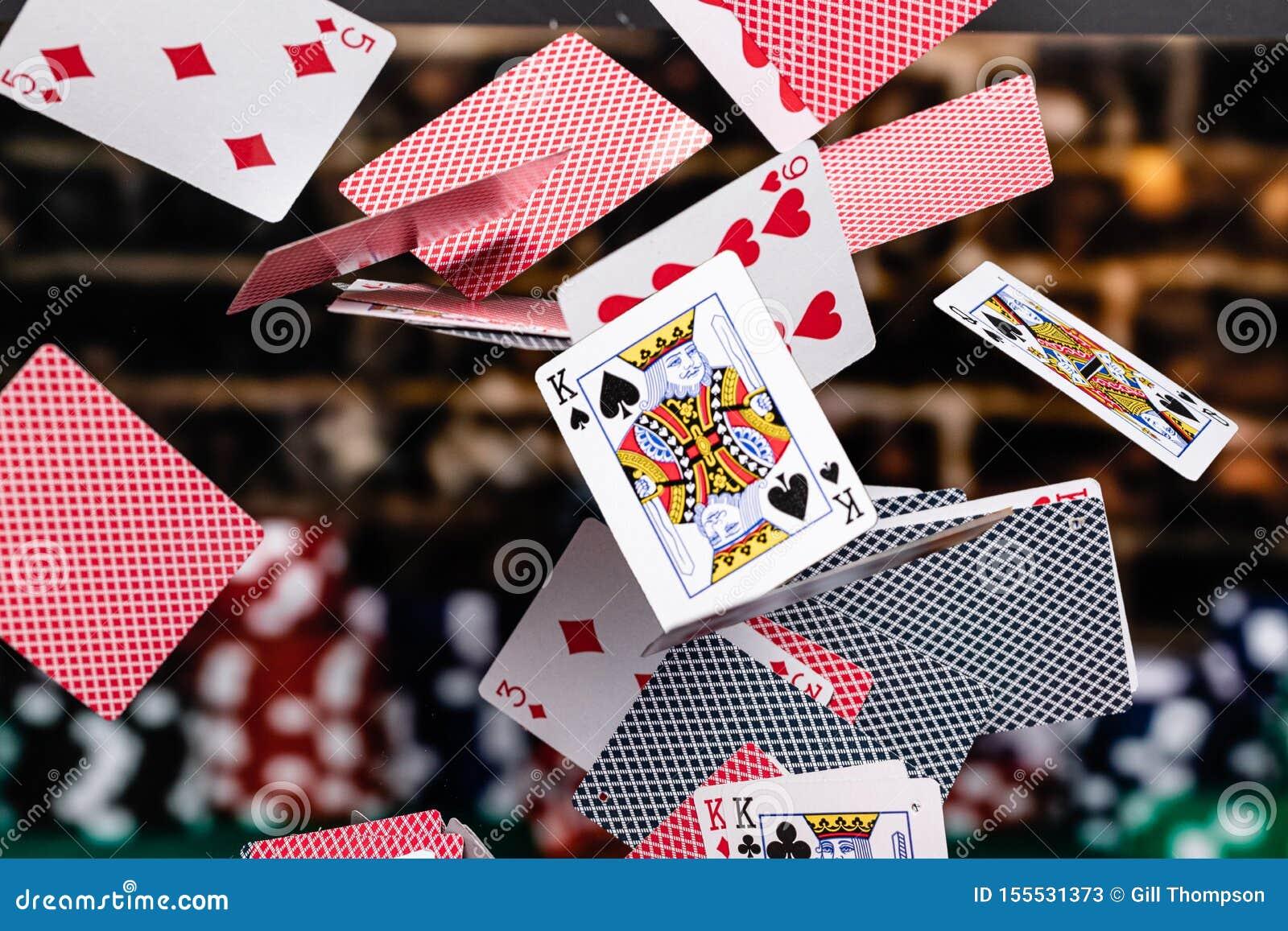 Rode en Blauwe gesteunde Speelkaarten die voor een achtergrond van gestapelde pookspaanders draperen