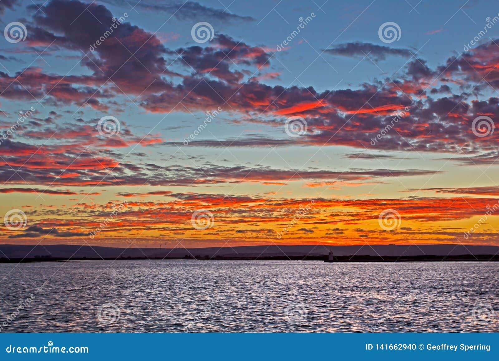 Rode en Gele zonsondergang over brede rivier
