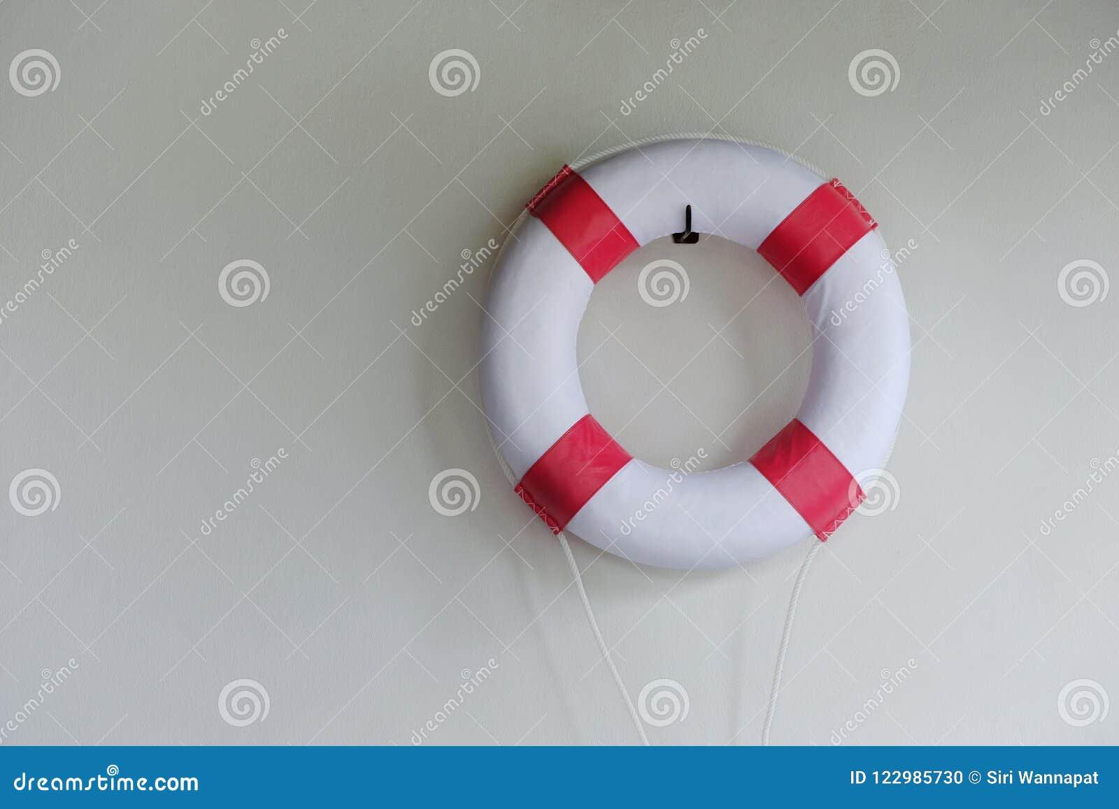 Rode en Witte Reddingsboei Ring Hanging op de Muur bij Zwembad
