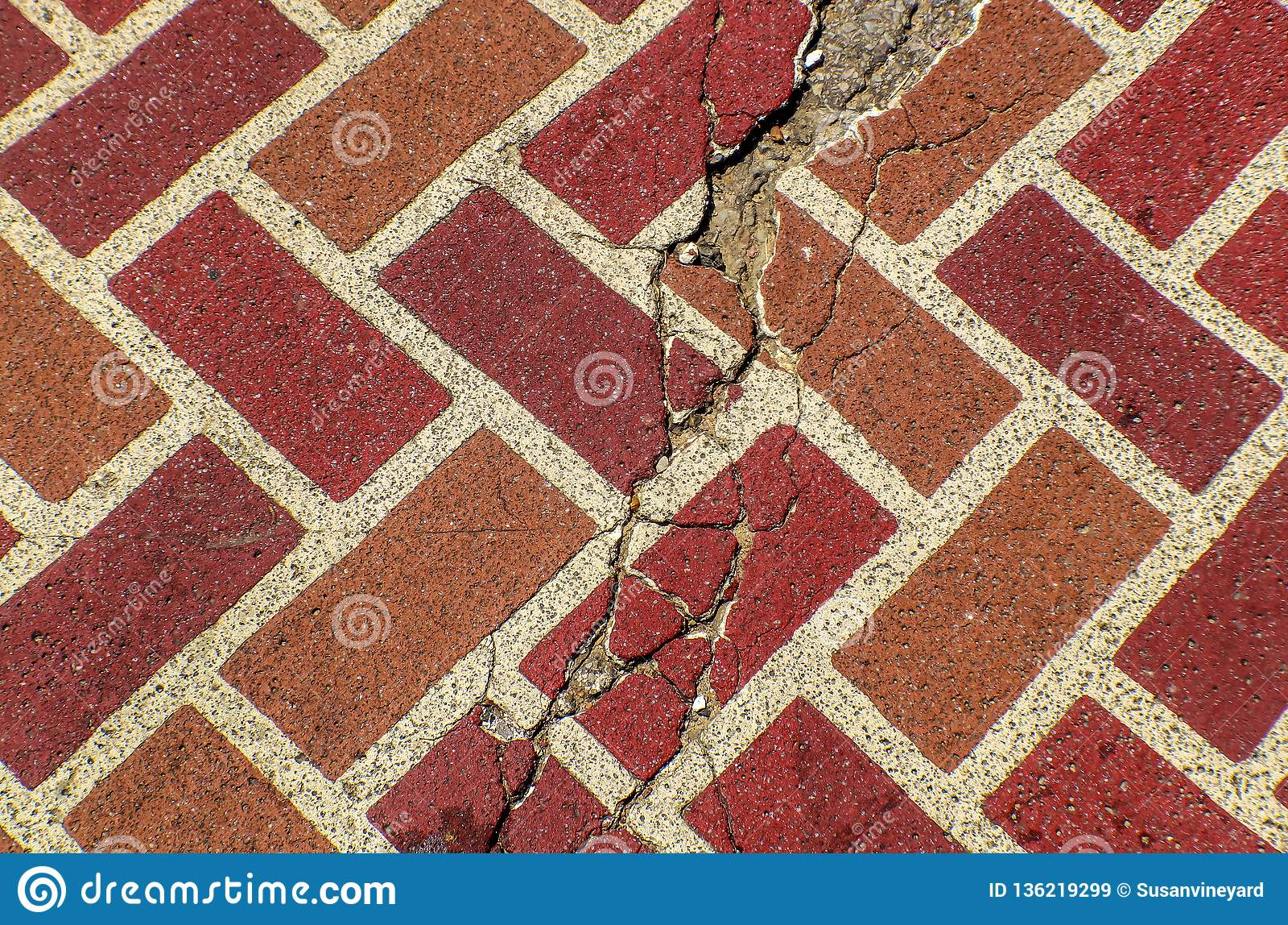 Rode gebarsten van de baksteenstraatsteen grunge achtergrond als achtergrond