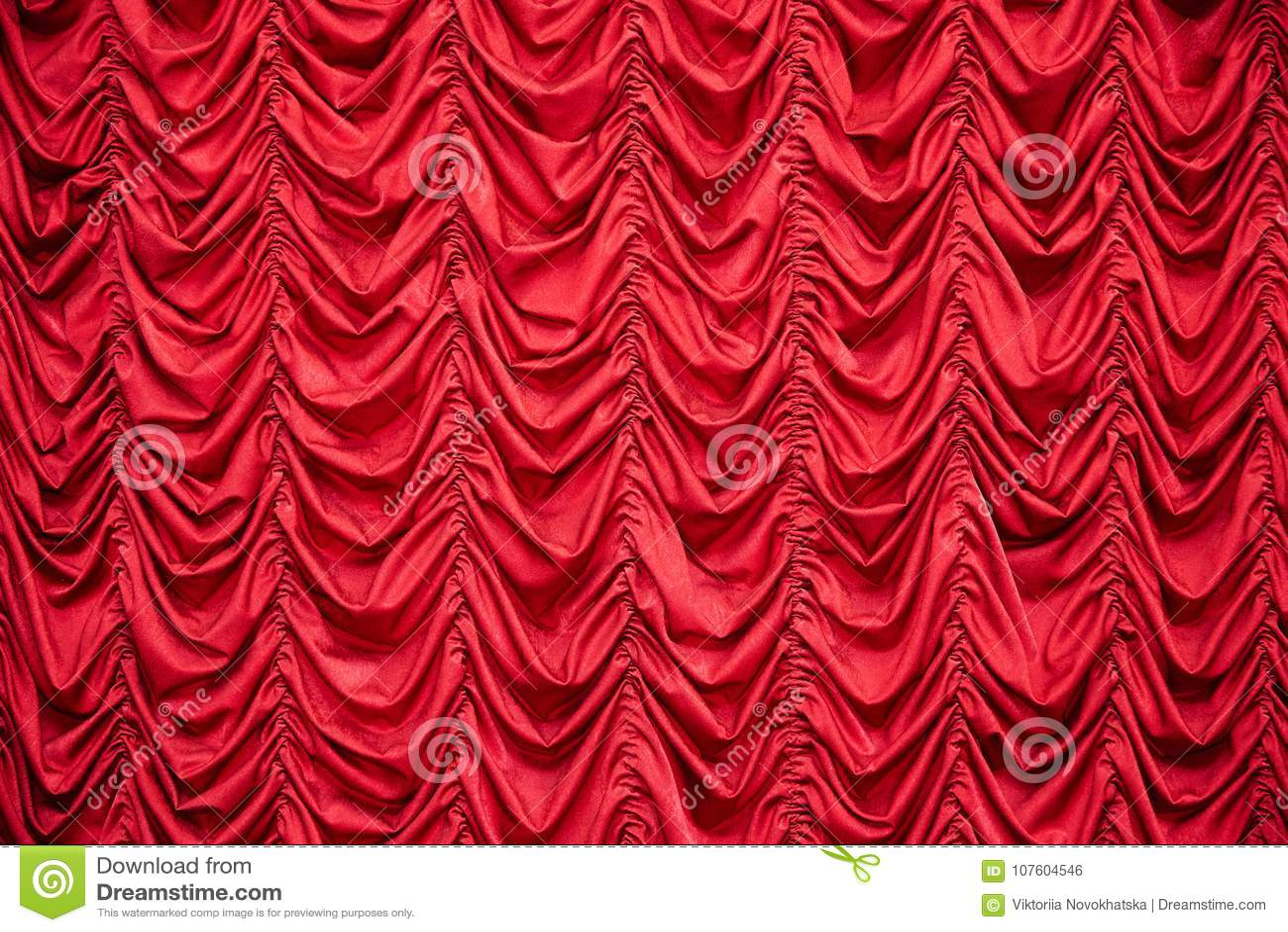 Rode gedrapeerde gordijnen stock foto. Afbeelding bestaande uit ...