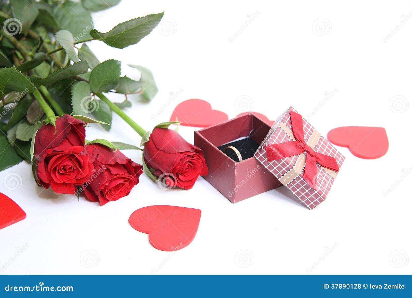 Rode giftdoos en rode rozen