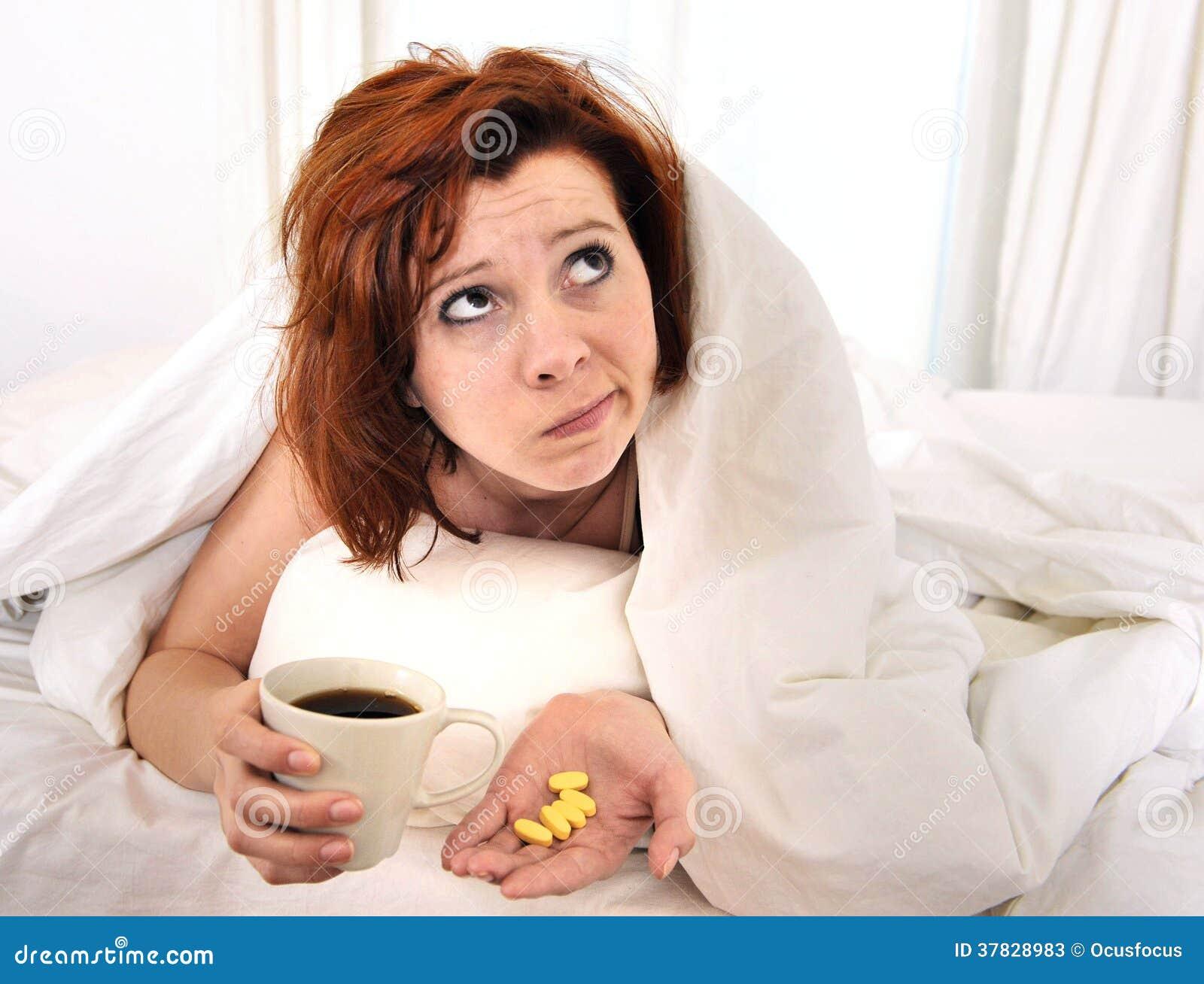 Rode haarvrouw met kater die koffie nemen