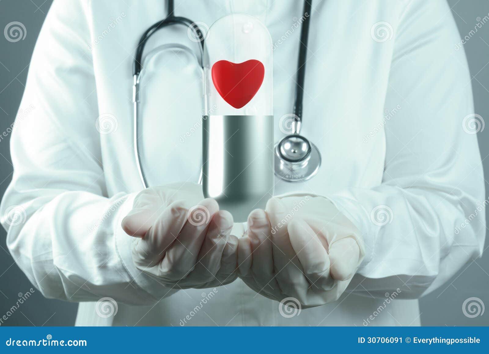 Rode hartpil binnen capsule als medisch concept