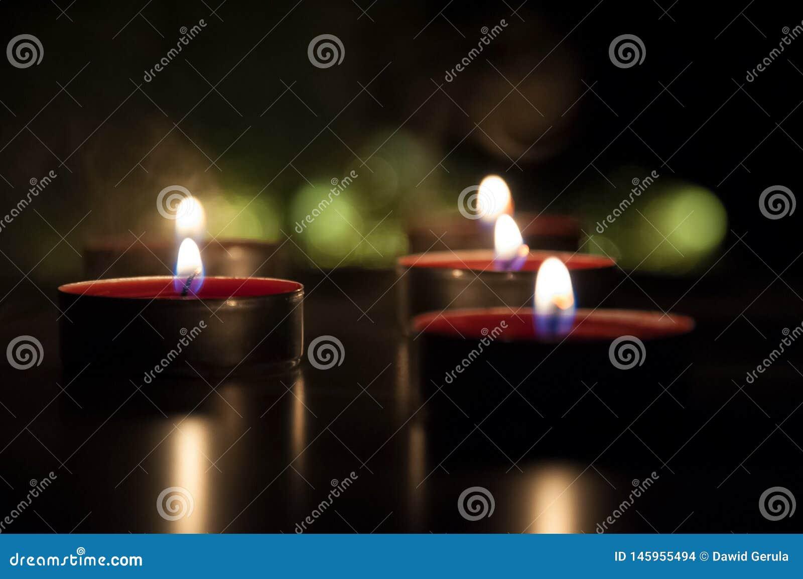 Rode kaarsen die in de nacht gloeien