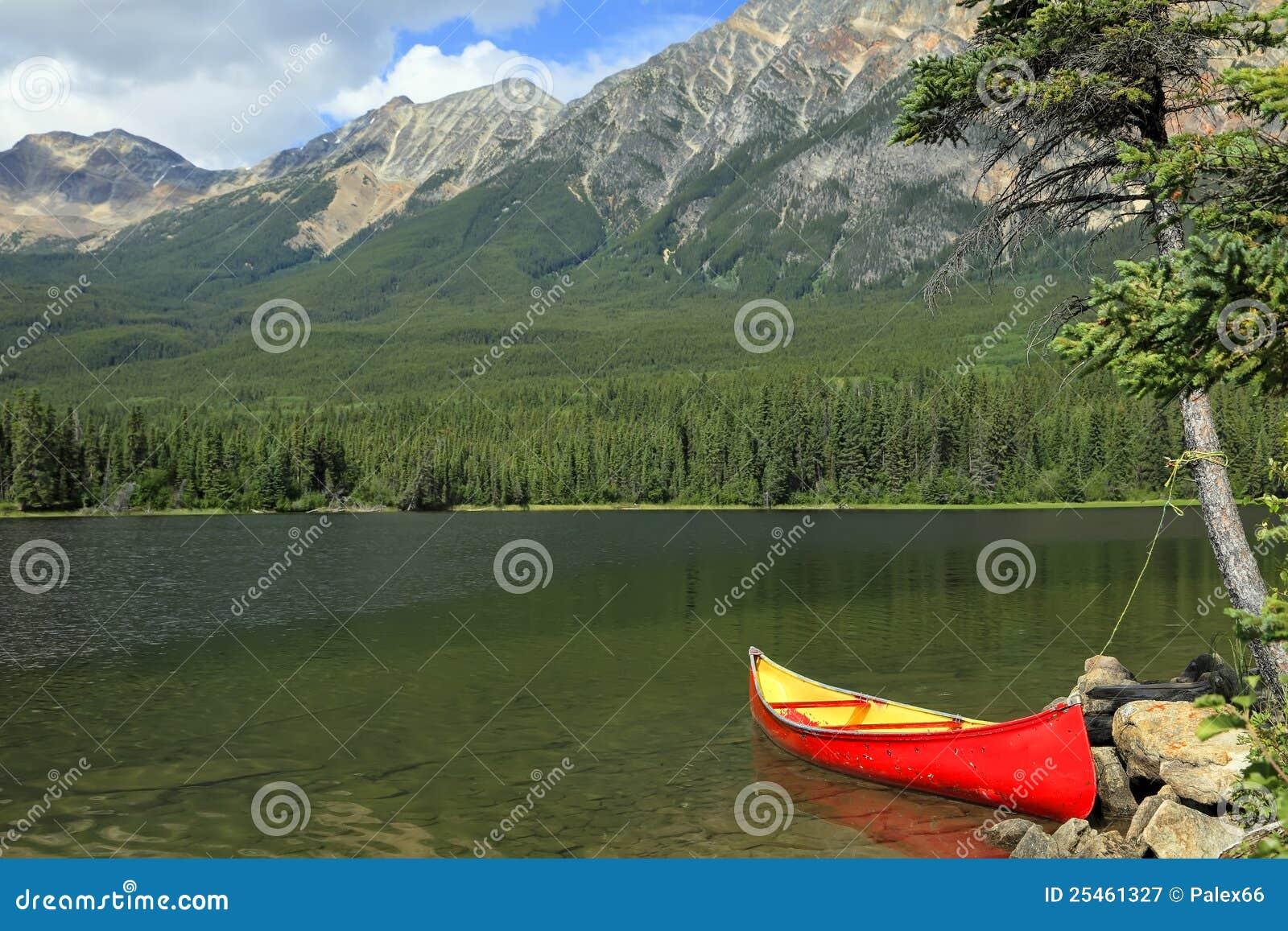 Rode kano die op de bank wordt vastgelegd