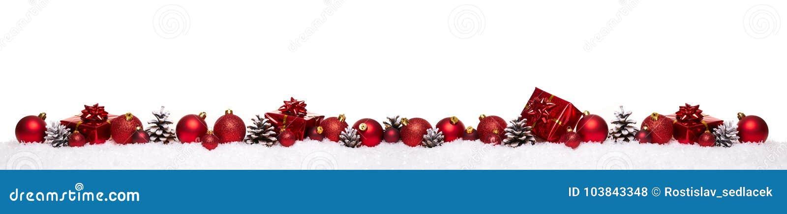 Rode Kerstmisballen met dozen van de Kerstmis de huidige die gift op een rij op sneeuw worden geïsoleerd