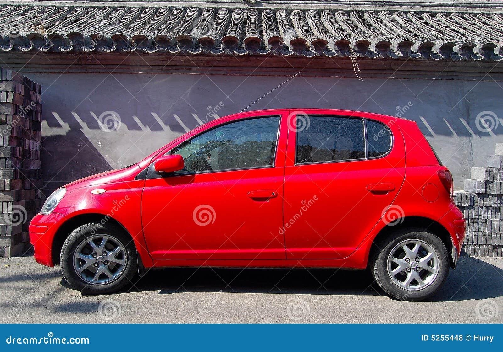 rode kleine auto en muur royalty vrije stock foto 39 s. Black Bedroom Furniture Sets. Home Design Ideas