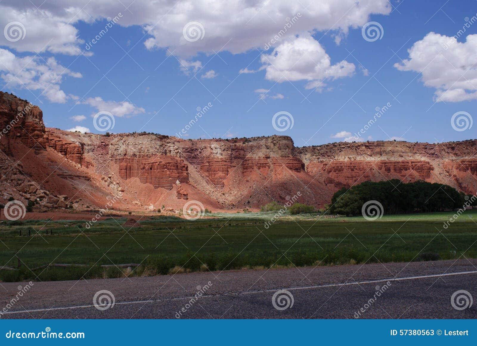 Rode Klippen en Groene Weilanden
