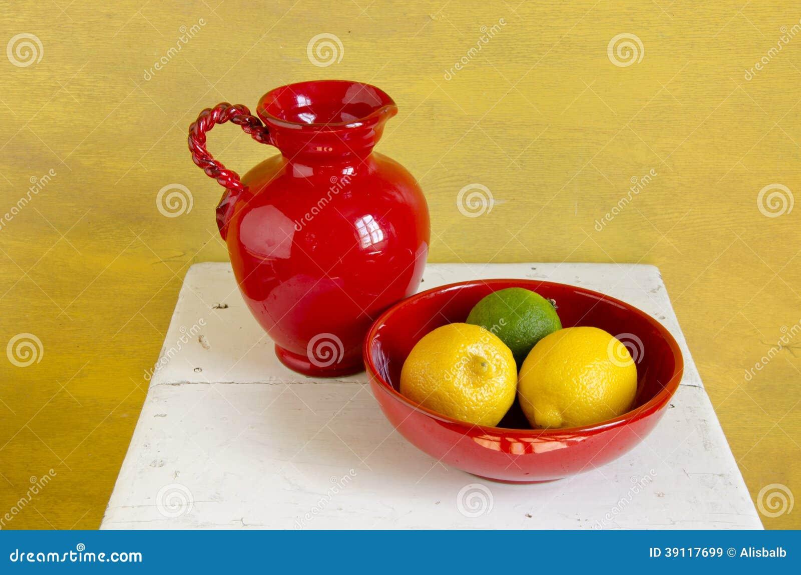 Rode kruik en vaas met citroenvruchten