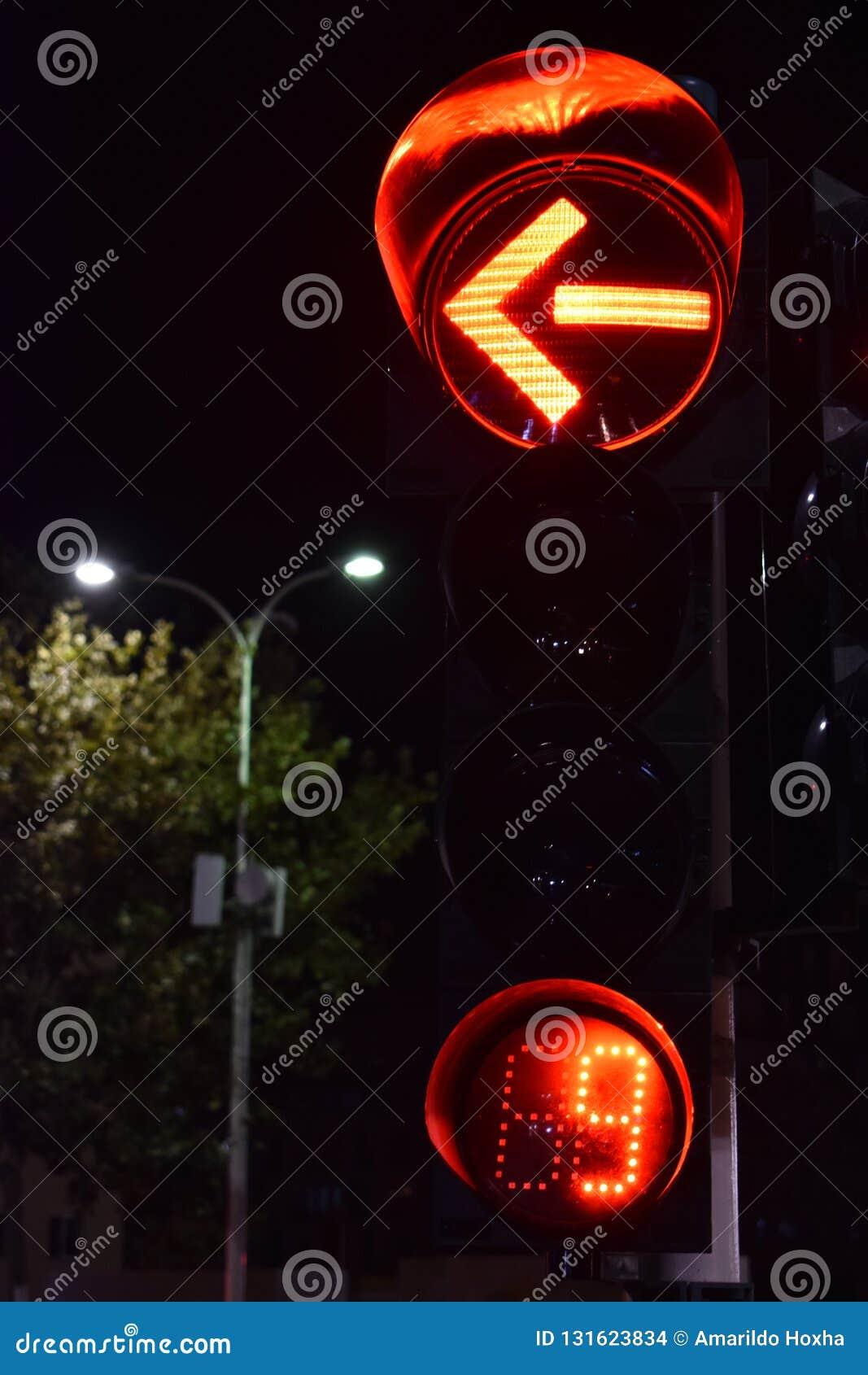 Rode linkerdraaipijl van een verkeerslicht