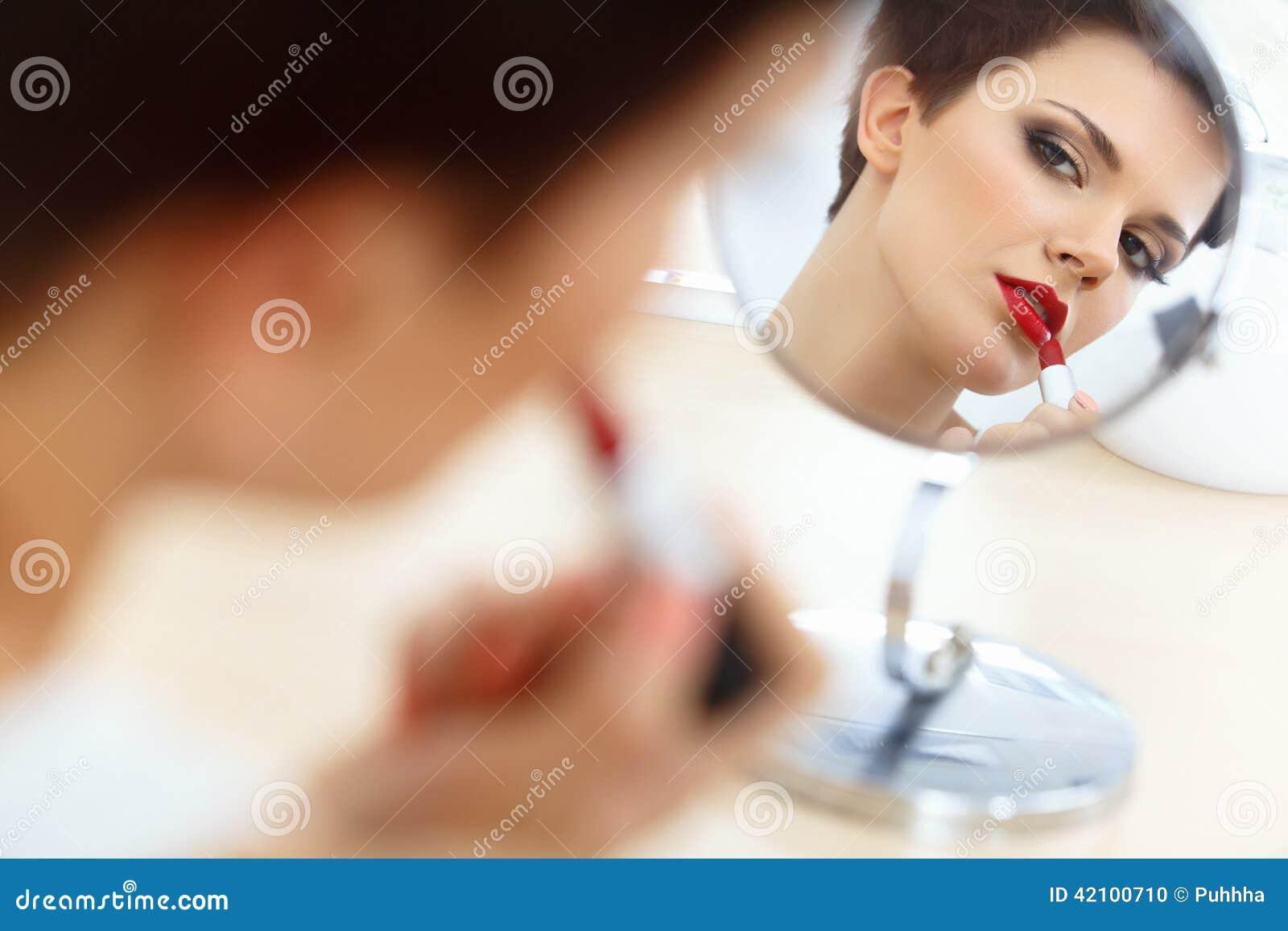 Rode Lippen Mooie Vrouw die Dagelijkse Make-up doen