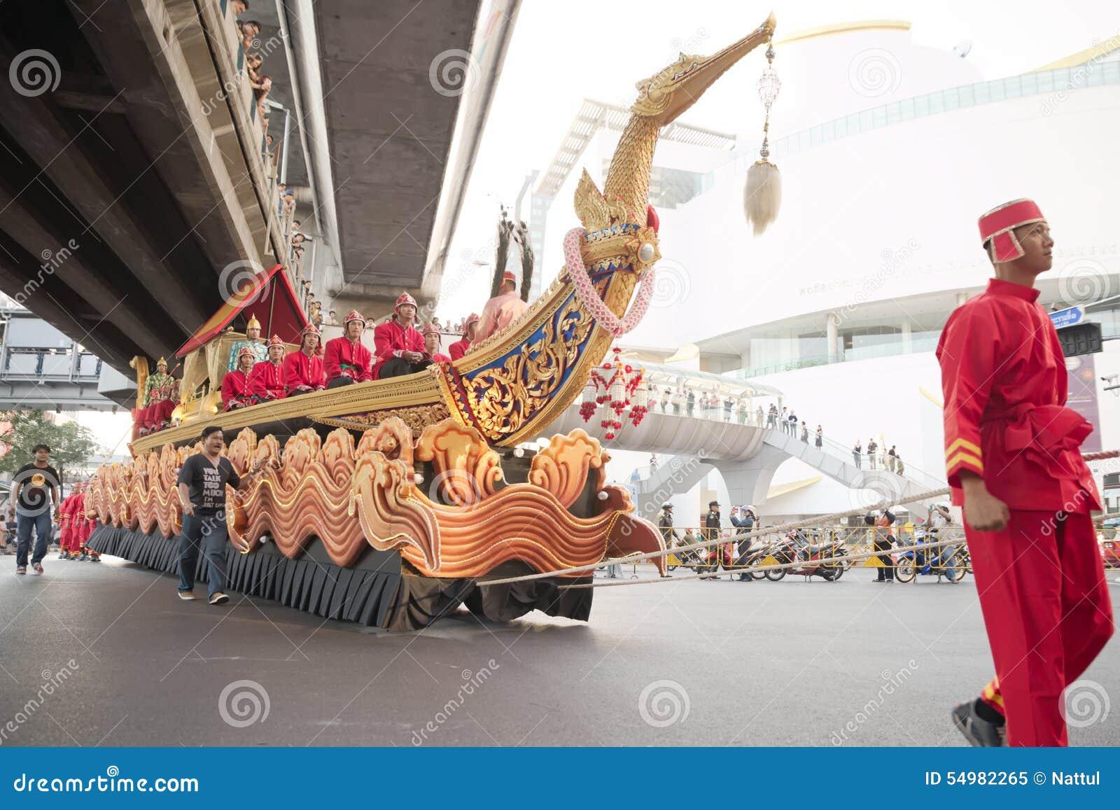 Rode mens die grote boot over pathumwan kruising slepen