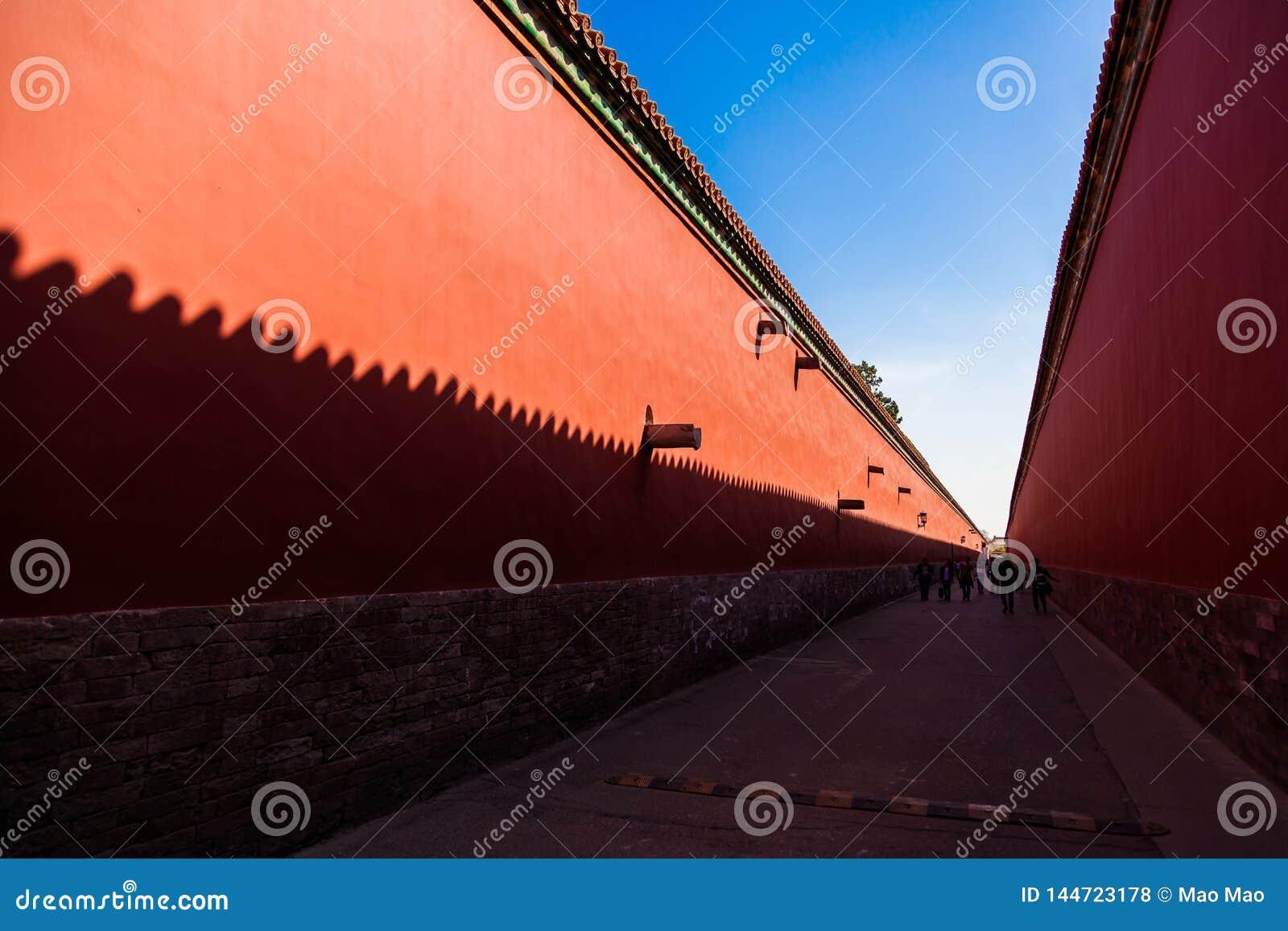 Rode muren met gele tegels op de bovenkant aan elke kant van een weg in de Verboden Stad, Peking