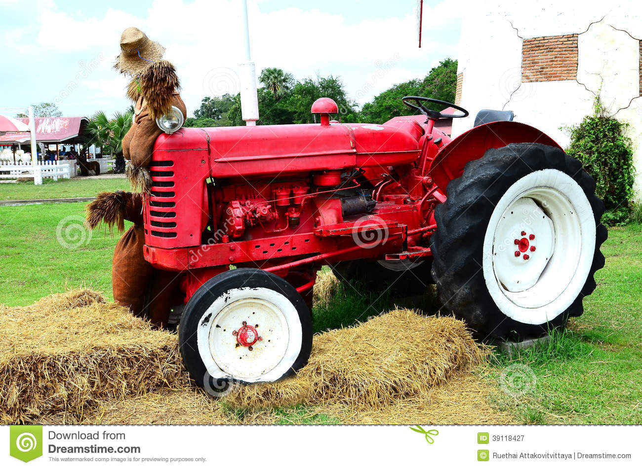 Rode oude roestige tractor