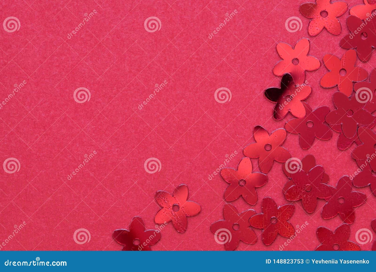 Rode paletten in de vorm van bloemen op een rode achtergrond