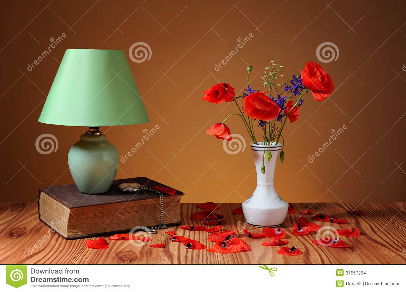 Rode papaver in een vaas en een schemerlamp stock foto afbeelding 37557264 - Draadloze bloei lamp ...