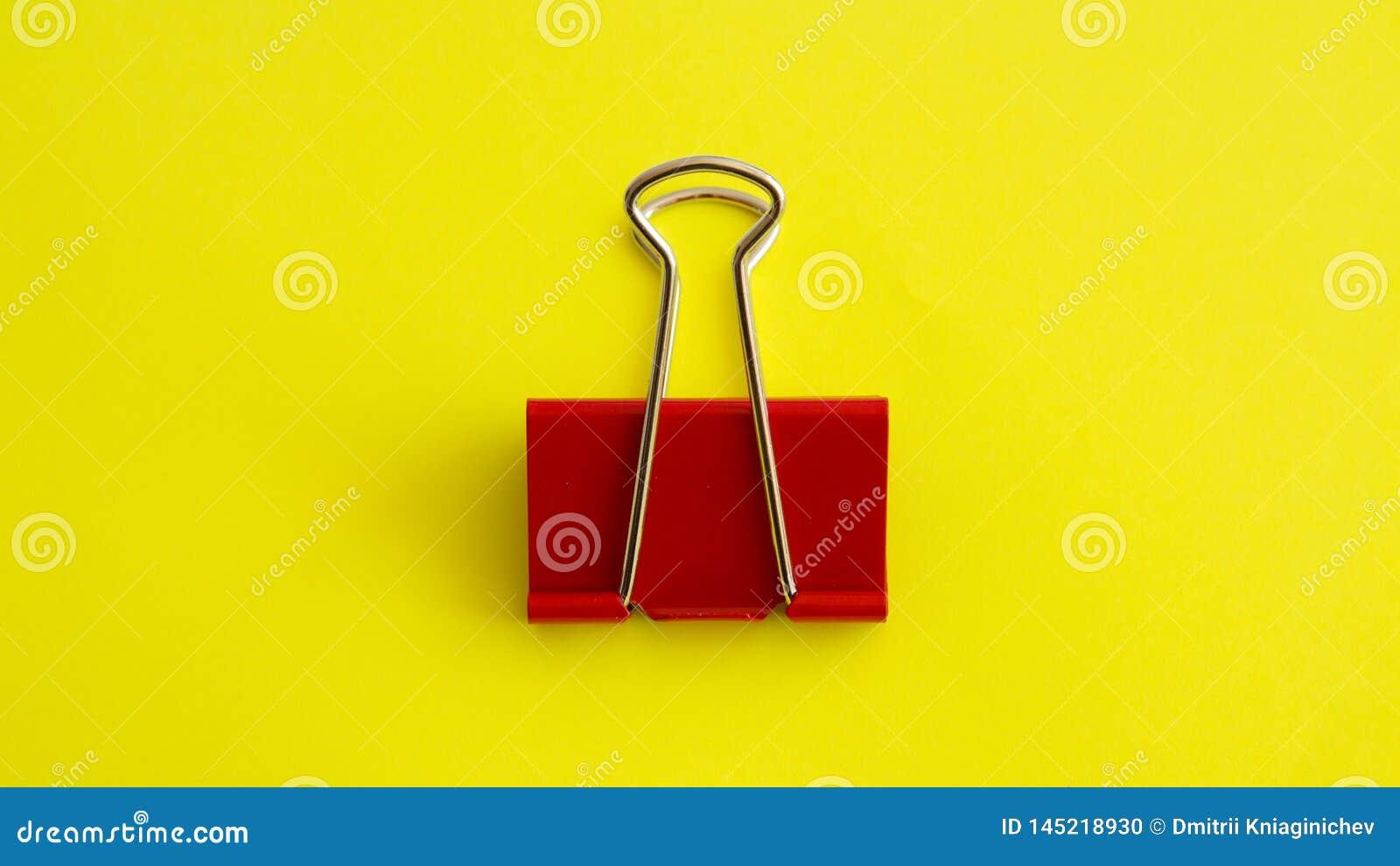 Rode paperclip op gele achtergrondafbeelding