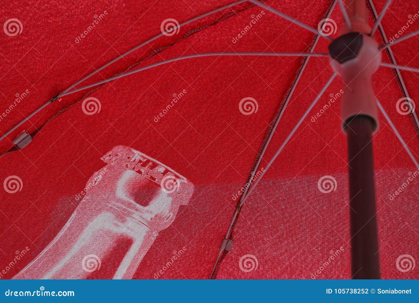 Rode paraplu onder de zon