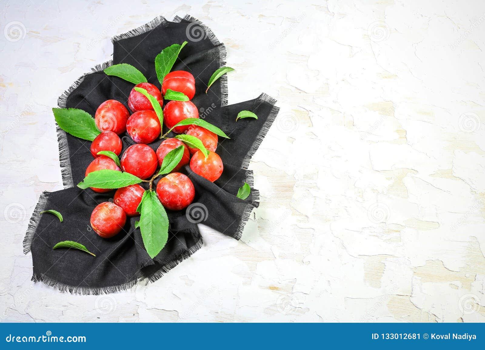 Rode pruimen met bladeren De dadelpruimsalade van de vitamineherfst Het op dieet zijn en gewichtsverliesconcept