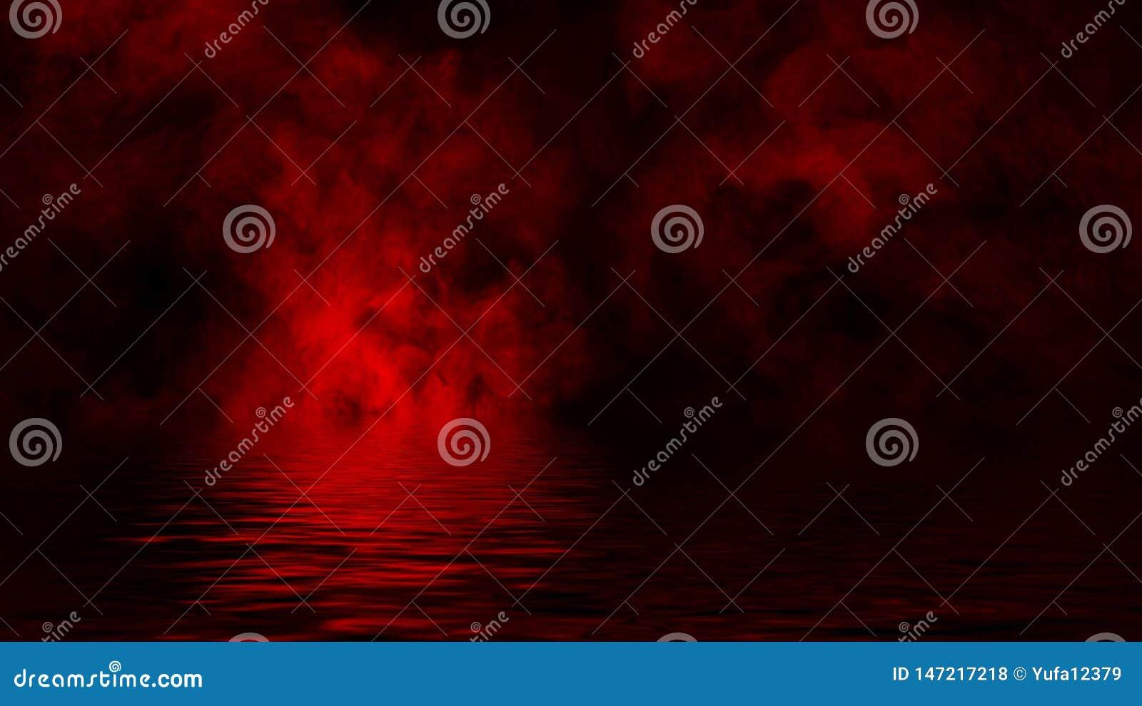 Rode rook met bezinning in water Geheimzinnigheid de bekledingenachtergrond van de misttextuur