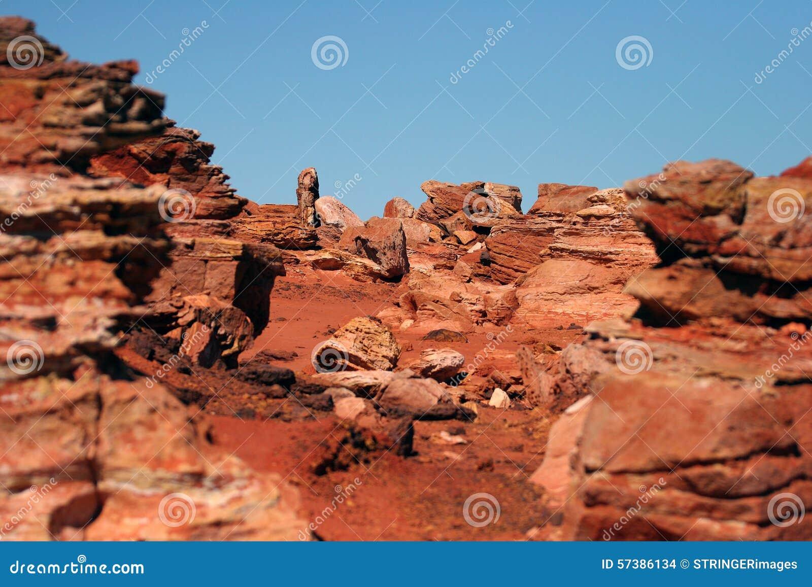 Rode rotsachtige dagzomende aardlaag in Broome