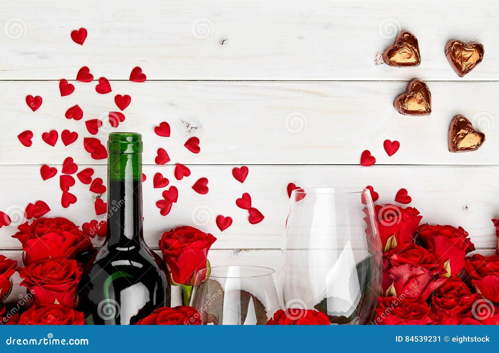 Rode rozen en wijn op witte achtergrond