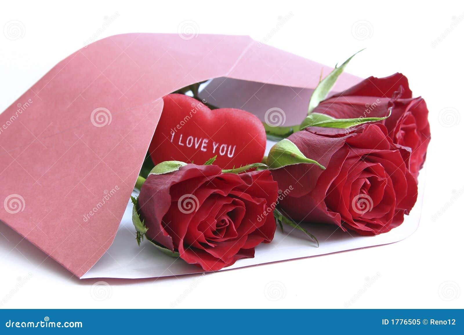 Rode rozen in envelop op wit