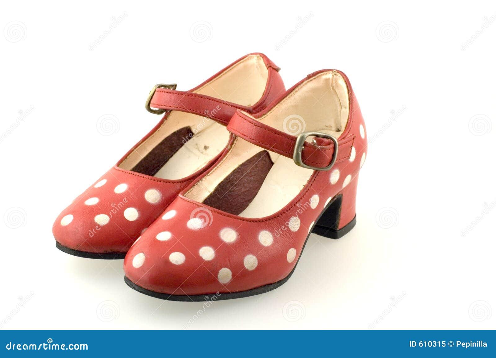 Rode schoenen voor een meisje